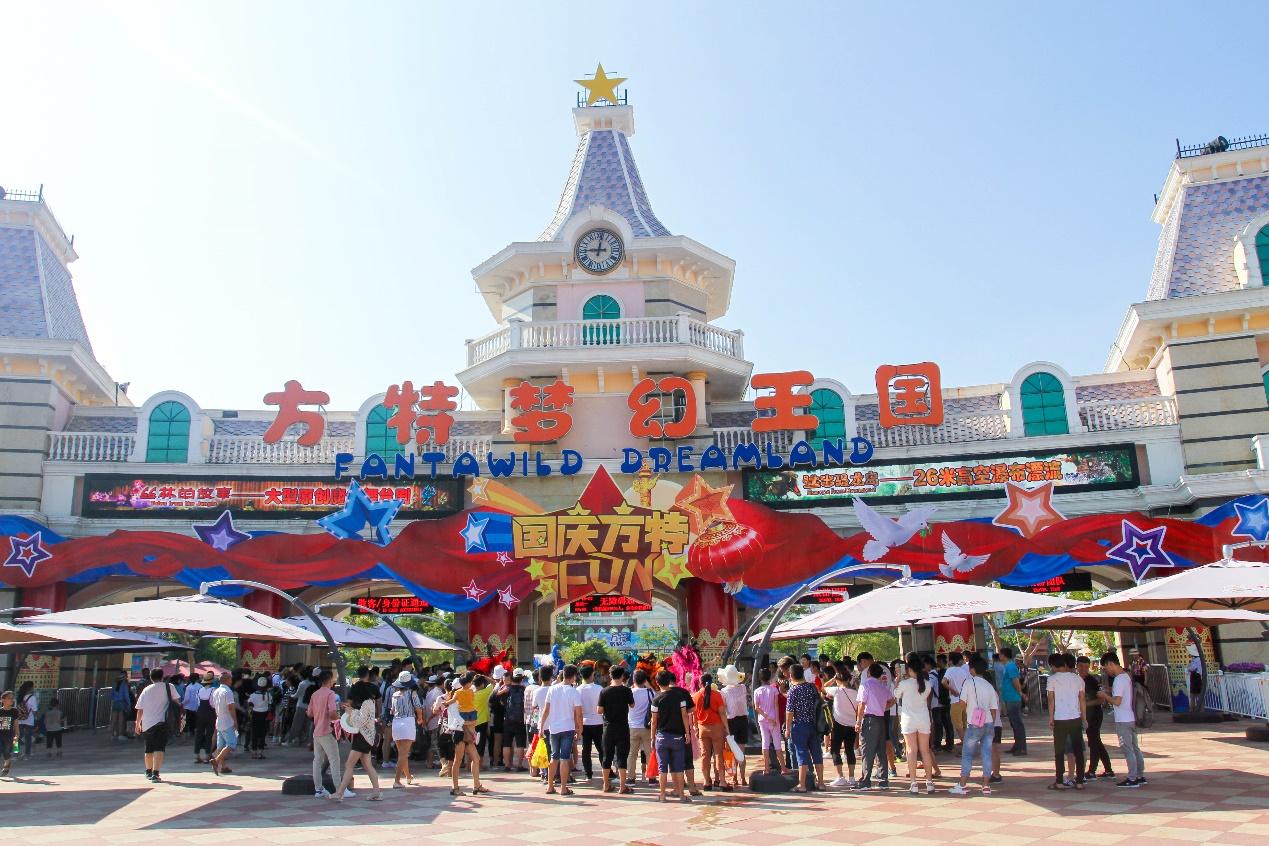 """今年10月1日是中华人民共和国成立68周年,是伟大的祖国母亲的生日,是值得庆贺的节日,厦门方特旅游区在这个特别的节日里也换上了全新的""""造型""""。彩虹桥,园区主干道等路段飘扬着一面面鲜艳炽烈的五星红旗,众多迎风招展的红旗俨然成了一道靓丽的风景线;园区道路两侧花团锦簇,随处可见造型各异的花坛更是以崭新的面貌为喜迎中国68岁生日增添喜悦,祥和的喜庆氛围。"""